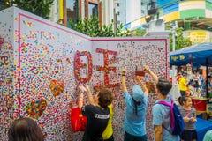 SINGAPUR, SINGAPUR - 30 DE ENERO 2018: Opinión al aire libre la gente joven que toma imágenes y que pone algunos corazones de pap Imagenes de archivo