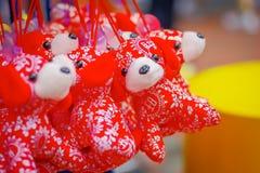 SINGAPUR, SINGAPUR - 30 DE ENERO DE 2018: Vista al aire libre de las decoraciones lunares chinas del juguete del Año Nuevo que ce Imagen de archivo