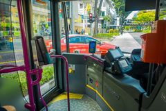 SINGAPUR, SINGAPUR - 1 DE FEBRERO DE 2018: La vista interior del área del conductor del autobús, cerca de la puerta principal ent Imagenes de archivo