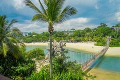 SINGAPUR, SINGAPUR - 1 DE FEBRERO DE 2018: Sobre vista de la pasarela de madera de la suspensión sobre el mar en la isla de Fotografía de archivo libre de regalías