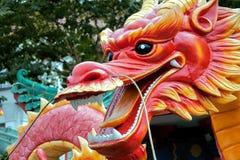 SINGAPUR - 3 DE FEBRERO: Vista de un modelo plástico de un dragón adentro Fotos de archivo libres de regalías