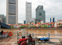 SINGAPUR - 21 DE JULIO DE 2008: Calles de Singapur en un día de verano Imágenes de archivo libres de regalías