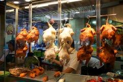 SINGAPUR - 23 de julio de 2016: el pato asó a la parrilla o asó la ejecución en armario-vidrio en Lau Pa Sat Festival Market imágenes de archivo libres de regalías