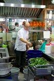SINGAPUR - 23 de julio de 2016: el pato asó a la parrilla o asó preparado por un cocinero en Lau Pa Sat Festival Market imagen de archivo libre de regalías