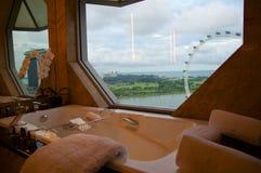 SINGAPUR - 23 de julio de 2016: habitación de lujo con el interior moderno, mármol grande hermoso del cuarto de baño Imagenes de archivo