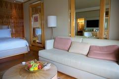 SINGAPUR - 23 de julio de 2016: habitación de lujo con el interior moderno, una cama cómoda y una vista impresionante del puerto  Fotografía de archivo