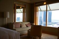 SINGAPUR - 23 de julio de 2016: habitación de lujo con el interior moderno, una cama cómoda y una vista impresionante del puerto  Imágenes de archivo libres de regalías