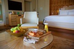 SINGAPUR - 23 de julio de 2016: habitación de lujo con el interior moderno, una cama cómoda y una vista impresionante del puerto  Foto de archivo