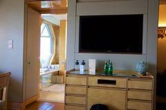 SINGAPUR - 23 de julio de 2016: habitación de lujo con el interior moderno, una cama cómoda y una vista impresionante del puerto  Imagen de archivo