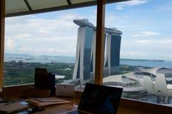 SINGAPUR - 23 de julio de 2016: habitación de lujo con interior moderno y una opinión impresionante Marina Bay, escritorio de tra Foto de archivo libre de regalías