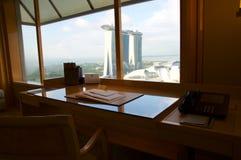 SINGAPUR - 23 de julio de 2016: habitación de lujo con interior moderno y una opinión impresionante Marina Bay, escritorio de tra Fotografía de archivo