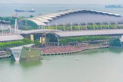 SINGAPUR - 18 de julio de 2015: mucha gente en Marina Bay que espera a Imagenes de archivo