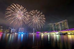 SINGAPUR - 7 DE JULIO: Fuegos artificiales sobre Marina Bay durante Singapur N Foto de archivo