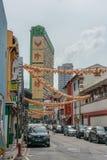 Singapur - 10 de junio de 2018: Calle en Chinatown con el buildin alto fotos de archivo libres de regalías