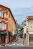 Singapur - 10 de junio de 2018: Calle en Chinatown looing para arriba hacia fotografía de archivo libre de regalías