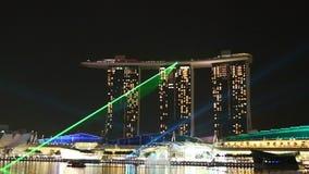 Singapur - 5 de junio de 2017 Demostración del laser de la noche de Marina Bay Sands Enciéndase en el tejado del edificio en el c almacen de video