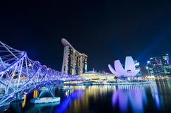 SINGAPUR - 27 DE JUNIO: El puente del centro turístico y de la hélice de Marina Bay Sands Foto de archivo