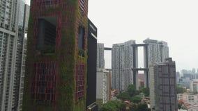 SINGAPUR - 11 DE JUNIO DE 2018: Opinión aérea del hotel de Singapur Oasia tiro Antena de rascacielos en Singapur céntrico metrajes
