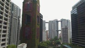 SINGAPUR - 11 DE JUNIO DE 2018: Opinión aérea del hotel de Singapur Oasia tiro Antena de rascacielos en Singapur céntrico almacen de metraje de vídeo