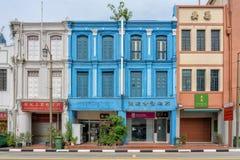 Singapur - 10 de junio de 2018: Shophouses colorido en Chinatown con foto de archivo