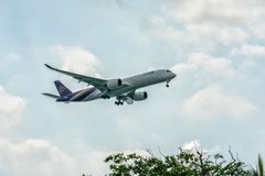 Singapur - 3 de junio de 2018: Thai Airways en acercamiento final en el Ch Fotos de archivo libres de regalías