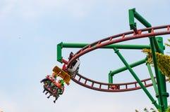 SINGAPUR - 19 de marzo de 2016: Roller coaster en el parque temático en Singapur Foto de archivo