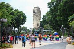 SINGAPUR - 26 de marzo de 2014: La gente del viaje toma las fotos de Merlion fotografía de archivo
