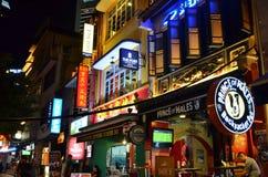 Singapur - 8 de mayo de 2016: Edificio ligero colorido en la noche en Clarke Quay Foto de archivo