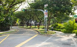 Singapur - 1 de mayo de 2016: Limpie el camino con el parque verde en Penang Rd en Singapur Imagen de archivo