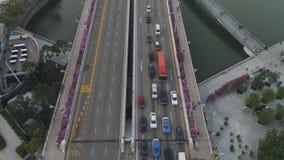 Singapur - 25 de septiembre de 2018: Antena para Singapur con muchos coches en el puente sobre los edificios del lago y de la ciu fotografía de archivo libre de regalías