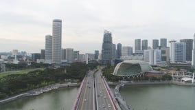 Singapur - 25 de septiembre de 2018: Antena para Singapur con muchos coches en el puente sobre los edificios del lago y de la ciu imagenes de archivo