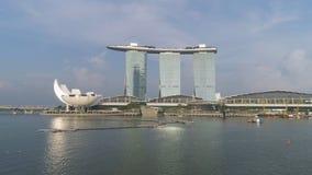 Singapur - 25 de septiembre de 2018: Antena para el centro turístico de Marina Bay Sands debajo del cielo azul nublado en Singapu foto de archivo libre de regalías