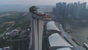 Singapur - 25 de septiembre de 2018: Vista lateral del hotel de Marina Bay Sands con la góndola que sorprende en el tejado tiro M fotos de archivo libres de regalías