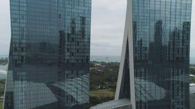 Singapur - 25 de septiembre de 2018: Vista lateral del hotel de Marina Bay Sands con la góndola que sorprende en el tejado tiro M foto de archivo