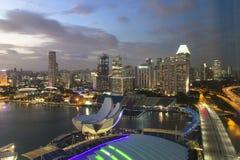 SINGAPUR - 14. DEZEMBER 2016: Hohe und moderne Wolkenkratzer im Bus Stockfotos
