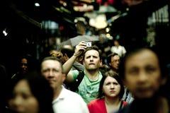 SINGAPUR - DICIEMBRE DE 2011: Un hombre no identificado está tomando la foto con una cámara compacta en Chinatown, Singapur Hay m fotos de archivo libres de regalías