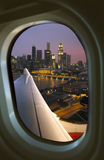 Singapur durch Flugzeug-Fenster Stockfotos