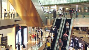 Singapur, el 26 de mayo de 2018 Gente en las escaleras móviles en alameda de compras Cámara lenta 3840x2160 metrajes