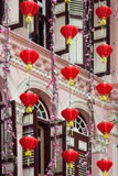 SINGAPUR - 3. FEBRUAR: Chinesische Laternen außerhalb eines Gebäudes herein lizenzfreies stockfoto