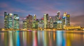 Singapur-Finanzbezirk an der Dämmerung Stockbilder