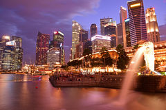 Singapur-Finanzbezirk von Merlions-Park Stockfotografie