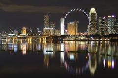Singapur-Flugblatt durch Marina Bay nachts Stockbilder