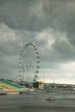 Singapur-Flugblatt unter Wolken Lizenzfreies Stockbild