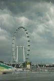 Singapur-Flugblatt unter Wolken Stockfotografie