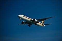 Singapur-Fluglinie 777-300ER auf Schluss Lizenzfreie Stockfotografie
