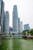 Singapur-Fluss, Cavenagh-Brücke und zentrales Geschäftsgebiet auf weißem Hintergrund Stockbilder