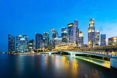 Singapur-Geschäftsgebiet-Skyline am Abend Stockfotos