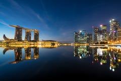 Singapur-Geschäftsgebietskyline in der Nacht bei Marina Bay, singen stockfotos