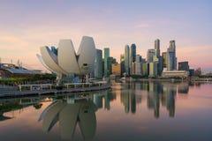 Singapur-Gesch?ftsgebietskyline in der Nacht bei Marina Bay, Singapur stockfotografie