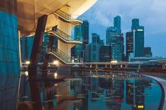 Singapur, Grudzień 20,2013: Widok miasto linia horyzontu przy nocą wewnątrz Fotografia Stock